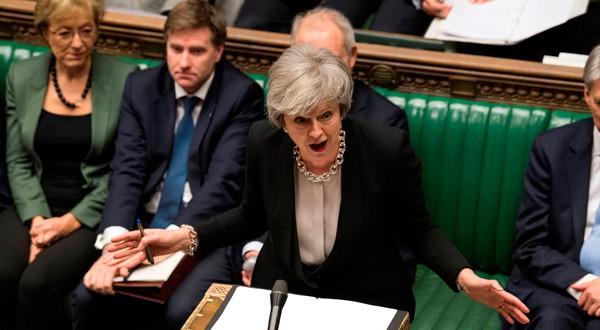 """Primer Ministra británica Theresa May habla durante el debate sobre su """"plan B"""" por el Brexit en el Parlamento."""