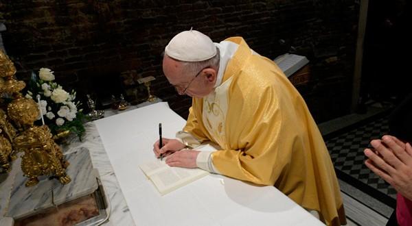 El papa Francisco promulgó ley en medio de los escándalos por abusos sexuales por parte de sacerdotes católicos.