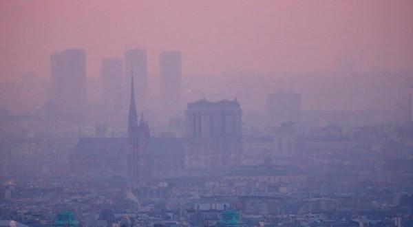 Smog sobre el cielo de París.