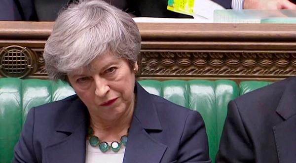 La primera ministra Theresa May escucha antes de una votación sobre el Brexit en el parlamento británico en Londres.