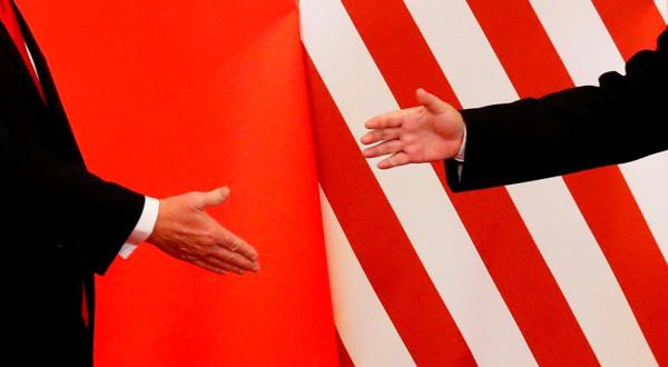 El presidente de EEUU, Donald Trump, y el presidente de China, Xi Jinping, se dan la mano tras dar un comunicado conjunto en China.