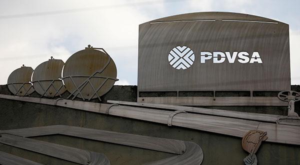 Foto de archivo. Recortes que representan imágenes de operaciones petroleras se ven fuera de un edificio de la compañía petrolera estatal de Venezuela (PDVSA) en Caracas, Venezuela. 28 de enero de 2019. REUTERS/Carlos Garcia Rawlins