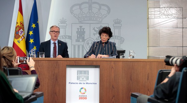 El ministro de Cultura y Deporte, José Guirao, y la portavoz del Gobierno, Isabel Celaá durante la presentación del anteproyecto de Ley de Deporte