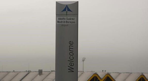 El logo de Aena en el aeropuerto de Madrid el 9 de marzo de 2016.