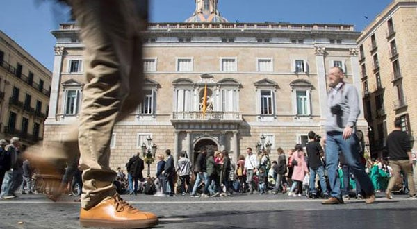 Al final Torra acató la orden de la JEC de retirar los símbolos de la fachada del Palau de la Generalitat.