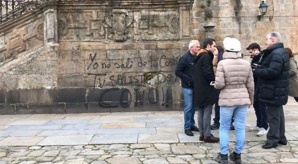 En la Catedral de Santiago de Compostela estamparon ofensas contra Borbones, Iglesia y Vox