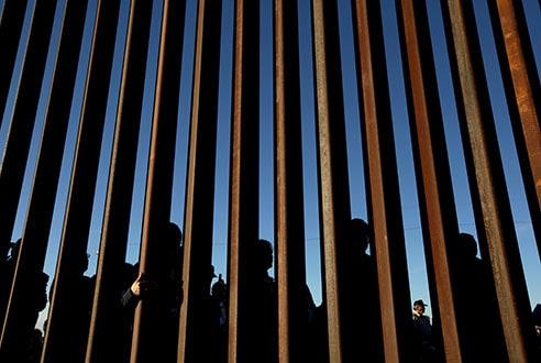 Agentes fronterizos advierten que en los centros de detención en la ciudad de El Paso, Texas, se vive una peligrosa situación de hacinamiento.