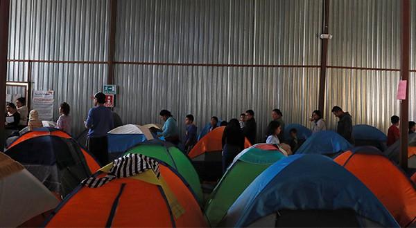 Solicitantes de asilo devueltos a México regresan a Estados Unidos. Unas 60 personas ingresaron después de la decisión judicial