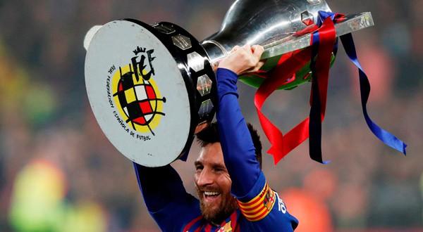 Lionel Messi, capitán y figura del Barcelona, levanta la copa de la liga.