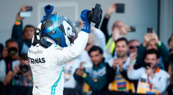 El finés de Mercedes celebra su gran carrera en Bakú.