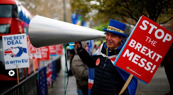 Un manifestante anti-Brexit frente a las Casas del Parlamento en Londres, Reino Unido.