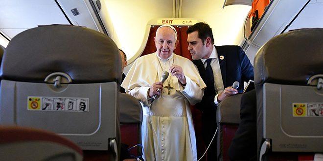 El papa condena a los políticos que quieren muros para mantener alejados a los inmigrantes.