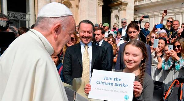 El Papa conversó con Greta Thunberg en la plaza de San Pedro del Vaticano.