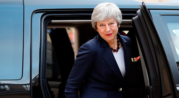 La primera ministra británica, Theresa May, se marcha después de una reunión con el presidente francés Emmanuel Macron en París, Francia.