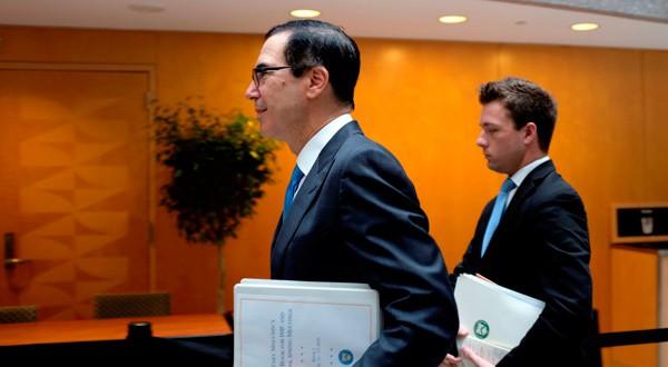 Steven Mnuchin atendiendo a la reunión con representantes del FMI.