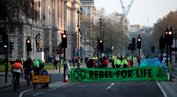 Activistas del cambio climático bloquean la Plaza del Parlamento durante una protesta en Londres, Reino Unido.