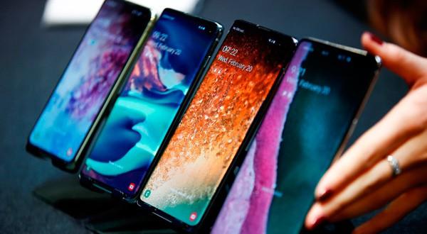 Una empleada de Samsung acomodando los Galaxy S10e, S10, S10+ y el Galaxy S10 5G en un evento para la prensa en Londres.