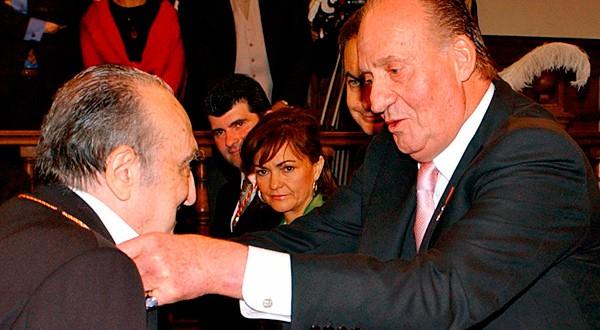El escritor español Rafael Sánchez Ferlosio recibe el Premio Nacional de las Letras de mano del rey emérito Juan Carlos en una ceremonia en la Universidad de Alcalá, 2009.