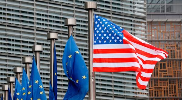 Banderas de Estados Unidos y la Unión Europea en la sede de la Comisión en Bruselas.