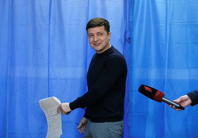 Un cómico encabeza las elecciones presidenciales en Ucrania