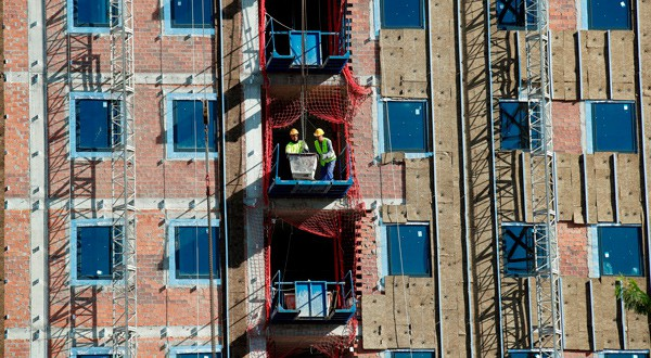 Un nuevo bloque de apartamentos en construcción en Barcelona.