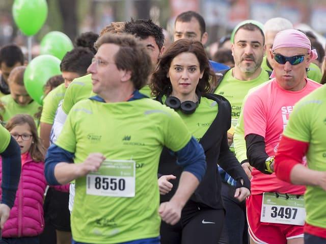 En el centro, Isabel Díaz Ayuso, candidata del PP a la Comunidad de Madrid, en la carrera contra el cáncer del pasado mes de marzo.