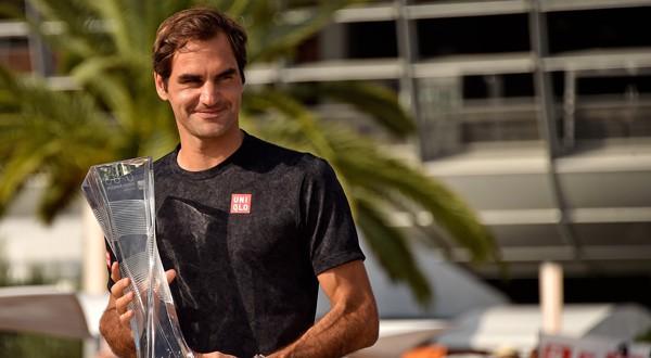 Roger Federer posa con su trofeo del Miami Open 2019