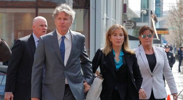 Felicity Huffman llega a la corte en Boston para enfrentar sus cargos por estafa