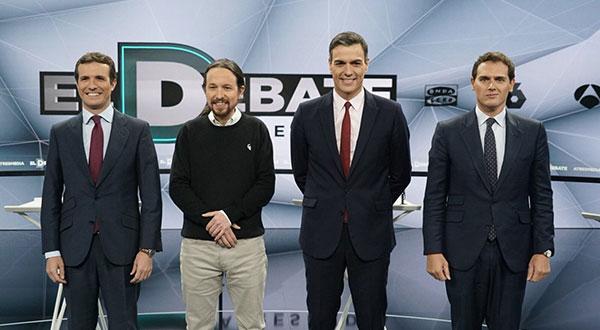 En la foto divulgada en la red social Twitter de la televisora Astresmedia, los cuatro candidatos confrontaron nuevamente este martes sus ideas y propuestas.