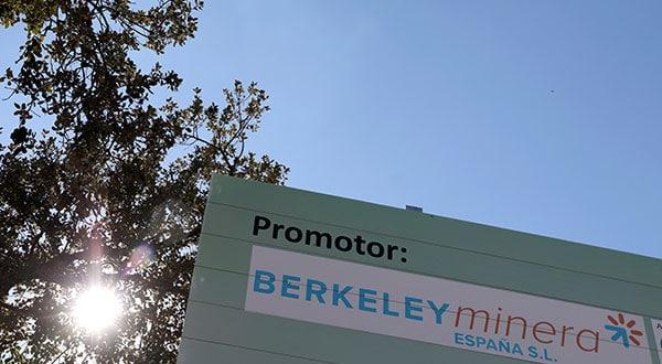 El logo de Berkeley se exhibe cerca del emplazamiento de la mina de uranio que la compañía australiana aspira explotar en Retortillo, cerca de Salamanca.