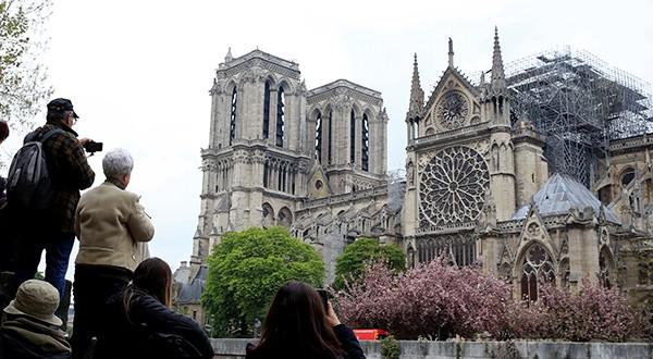 Espiritu de Notre Dame sigue de pie en toda Francia