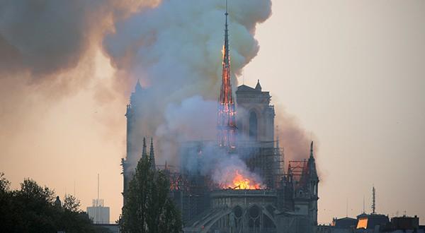 Voraz incendio amenaza con desplomar a catedral de Notre Dame