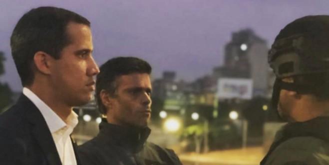 El presidente encargado de Venezuela, Juan Guaidó, junto al líder opositor liberado Leopoldo López en la base aérea de La Carlota.
