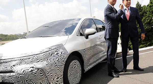 El presidente de Toyota en Brasil, Rafael Chang, junto al alcalde de Sao Paulo, Joao Dorian, durante la exhibición del primer vehículo híbrido fabricado en el país sudamericano.