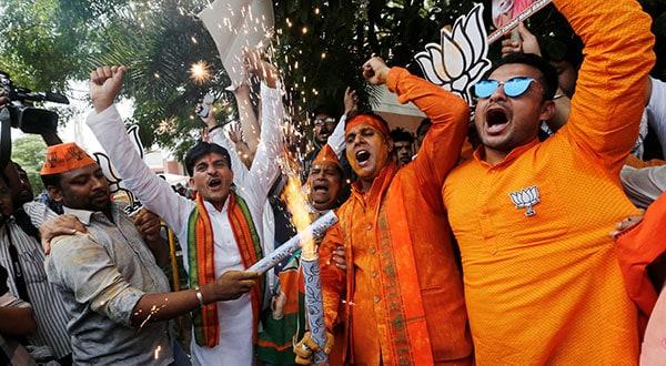 Partidarios y simpatizantes de BJP celebran los resultados electorales preliminares en las adyacencias de la sede del partido en la capital de la India Nueva Delhi.
