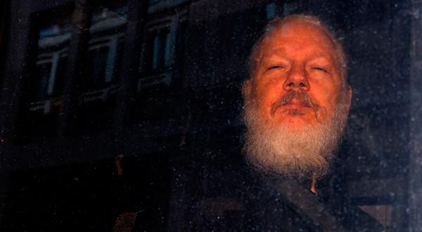 El fundador de WikiLeaks, Julian Assange, abandonando una estación de policía en Londres.