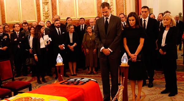 El Rey Felipe VI y Doña Letizia rindiéndole honores al exvicepresidente del Gobierno español, Alfredo Pérez Rubalcaba/Twitter @CasaReal