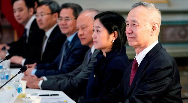 El viceprimer ministro chino, Liu He, posa junto a otros altos funcionarios chinos antes de una ronda de negociaciones comerciales con EEUU.