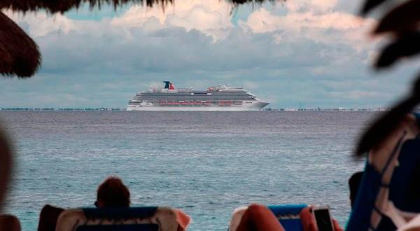 Un crucero de Carnival Corp visto desde Cozumel.