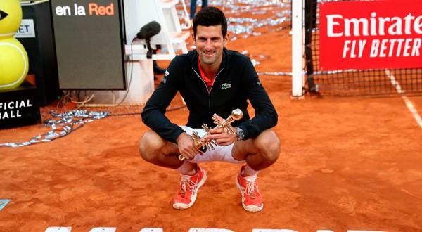 Novak Djokovic posa con el trofeo del Abierto de Madrid.