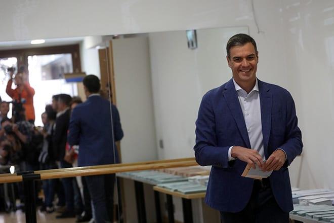 El presidente del Gobierno en funciones y secretario general del PSOE ejerce su derecho a voto en el centro cultural Volturno de la localidad madrileña de Pozuelo de Alarcón