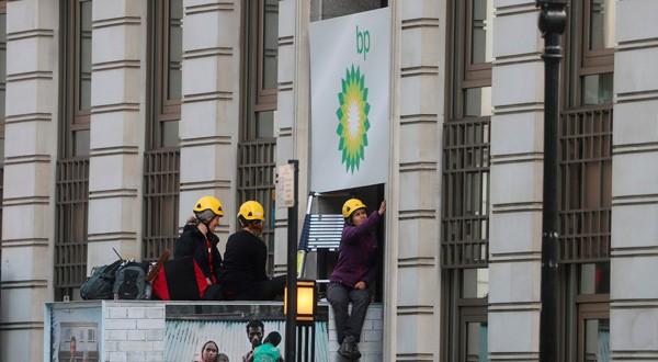 Activistas de Greenpeace bloquean la entrada a la sede de BP en Londres.