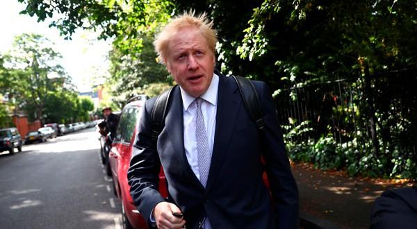 El exsecretario de Relaciones Exteriores y exalcalde de Londres, Boris Johnson, a la salida de su casa en Londres.