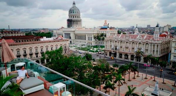 Un turista disfrutando de las vistas del renovado centro comercial Belle Epoque, que alberga al Gran Hotel Manzana en La Habana.