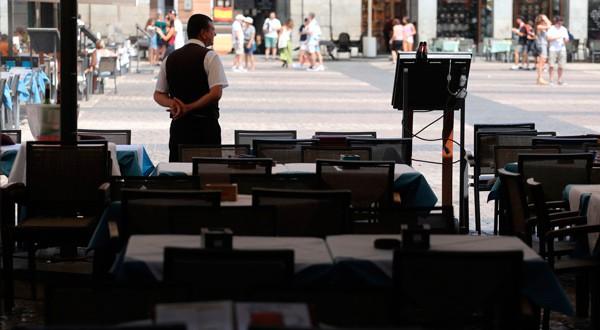 Un camarero a la espera de clientes en una terraza de la Plaza Mayor en el centro de Madrid.