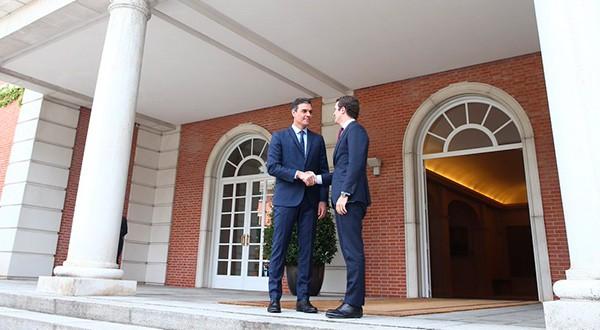 El jefe del Gobierno español, Pedro Sánchez, junto al líder del PP, Pablo Casado