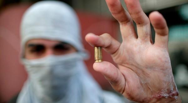 Un joven venezolano sostiene un casquillo de bala, disparada durante las manifestaciones en contra de Nicolás Maduro a principios del 2019.
