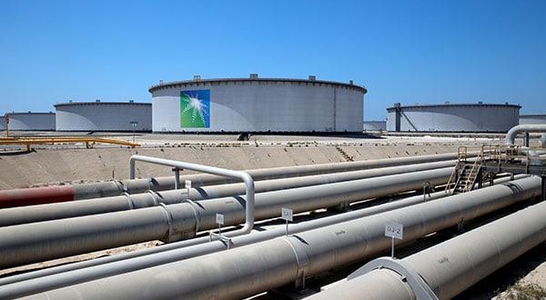 Tanques de almacenamiento y oleoductos de Aramco en la refinería y terminal petrolera de Ras Tanura, Arabia Saudita.