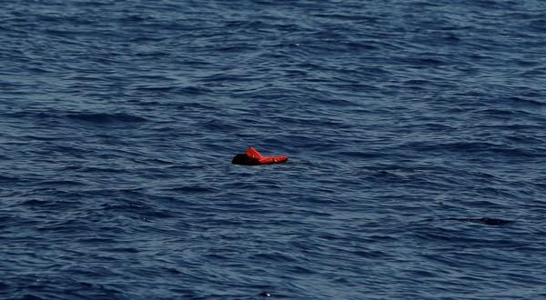 Un migrante muerto con un chaleco salvavidas flota en el Mediterráneo central frente a la costa de Libia, el 16 de abril de 2017.