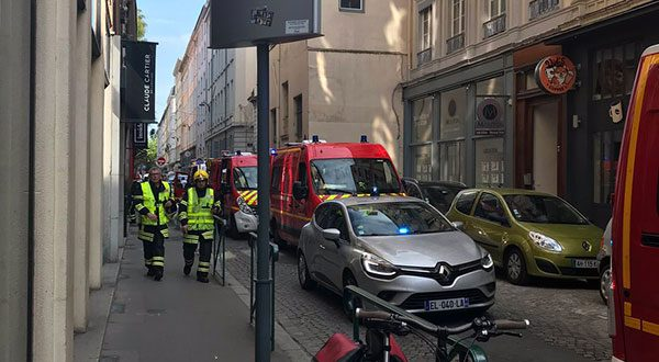 La Prefectura aseguró que la situación ha sido controlada y que se anda tras la pista de un sospechoso que desde una bicicleta arrojó el artefacto que originó la explosión.